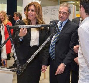 Susana Díaz y César Alierta junto al primer prototipo en la inauguración de EL Cubo