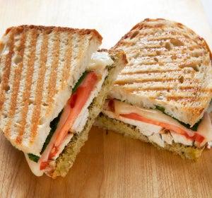 Sándwich de pan blanco y pollo a la plancha