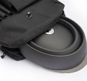 El casco metido en una mochila