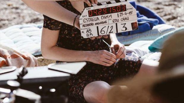Dakota Jonhson en el rodaje del anuncio de Estrella Damm