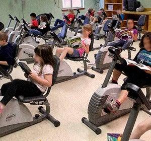 Niños leyendo y haciendo ejercicio