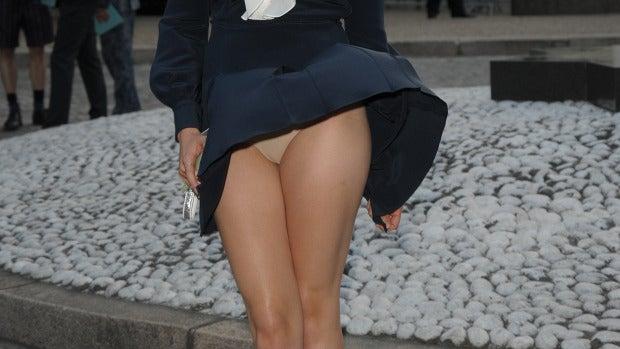 A Elizabeth Olsen  se le ven las bragas durante un evento