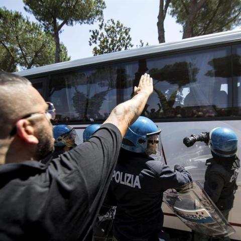 Manifestantes fascistas oponiéndose a la llegada de inmigrantes a un centro de acogida