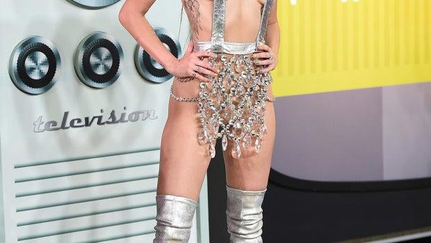 Miley Cyrus se tapó lo justito para lucir en la alfombra roja