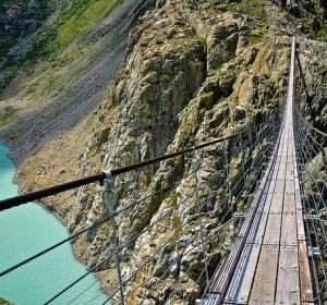 Puente sobre el glaciar de Trift