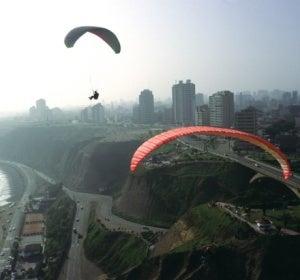 Parapente sobre la Costa Verde de Lima