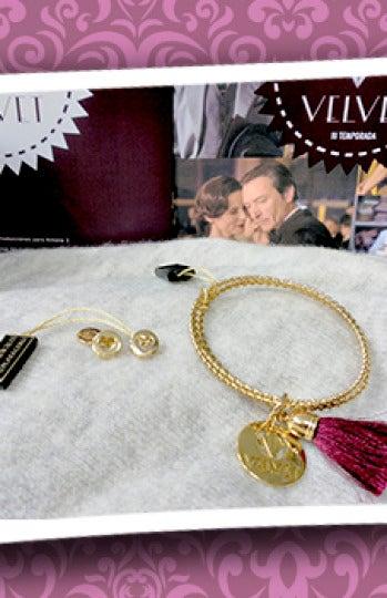 Modelo pendientes Paris Gold y pulsera tricolor borla