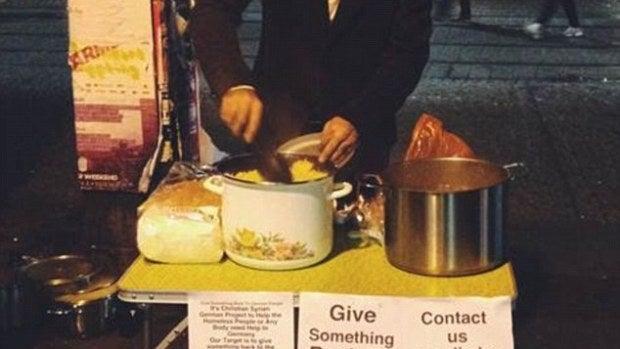 Alex Assali reparte comida a los refugiados.