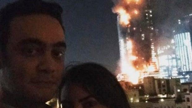 selfie con el hotel de Dubai ardiendo