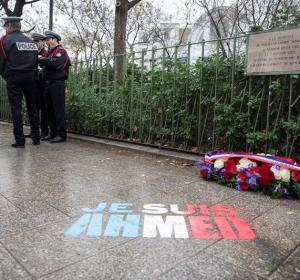 Placa conmemorativa del policía fallecido