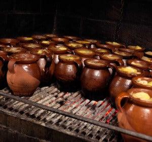 Preparación del cocido madrileño en La Bola