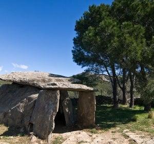 Andar entre dólmenes y menhires en el Empordà