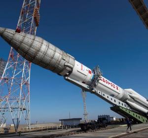 Colocan el cohete Protón-M