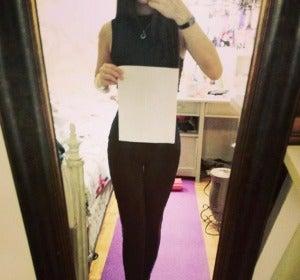 Una joven compara su cintura con un folio A4