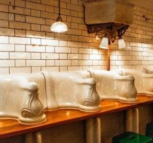 The Attendant mantiene la decoración del antiguo baño público londinense