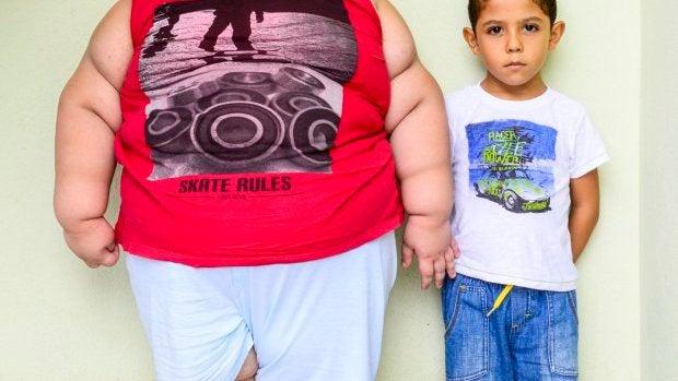 Misael junto a un niño de su edad