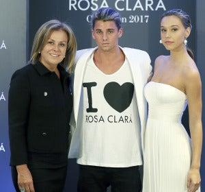 Los 'instagramers' Jay Alvarrez  y Alexis Ren con Rosa Clará