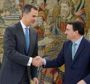 Felipe VI junto a Aitor Esteban