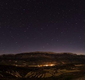Cielo estrellado sobre la localidad de Ager (Lleida)