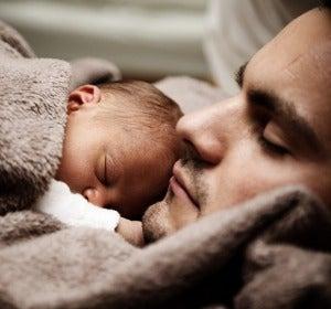 Un hombre con su bebé