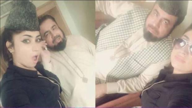 La joven hacíéndose un selfie con un clérigo