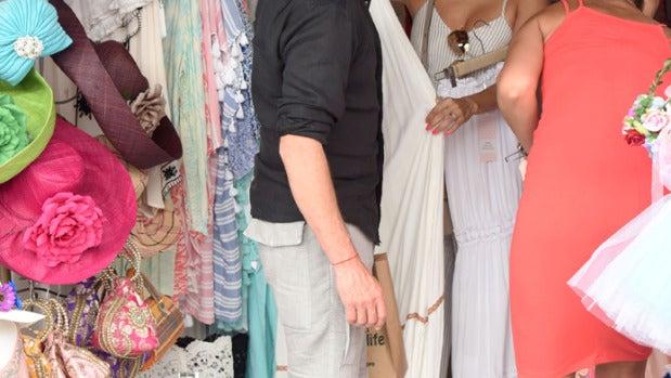 Eva Longoria, muy entretenida en el mercadillo