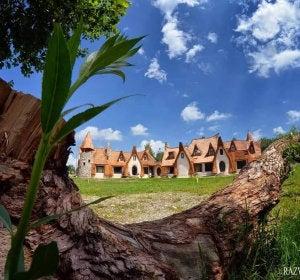 Jardines del hotel Castelut de Lut (Rumanía)