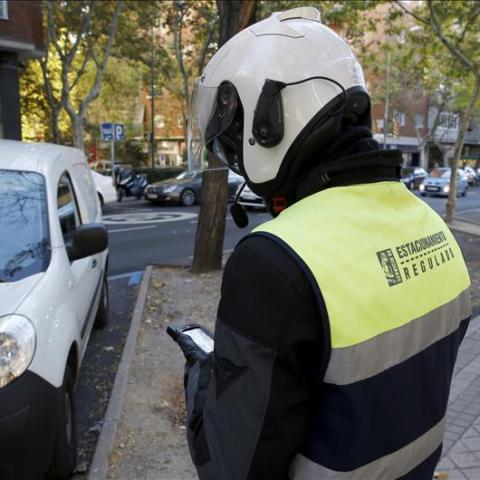 Un agente de movilidad poniendo una multa