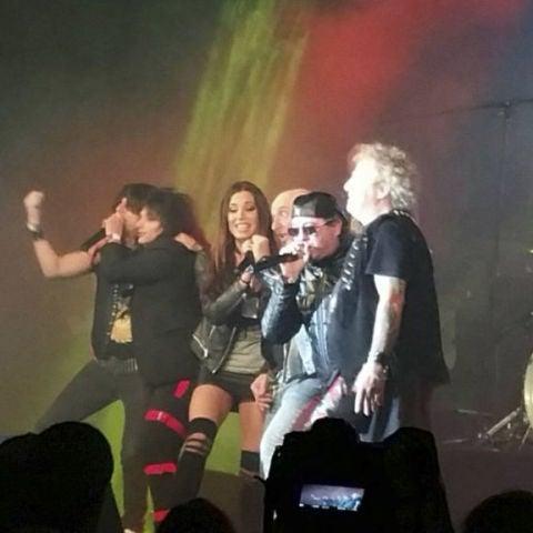 Pilar Rubio se sube al escenario con Obús