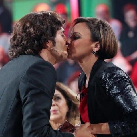 David Guapo y Chenoa dándose un beso por la Muérdago Cam