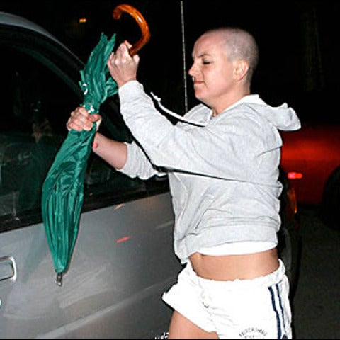 Britney Spears agrediendo a un fotógrafo con un paraguas