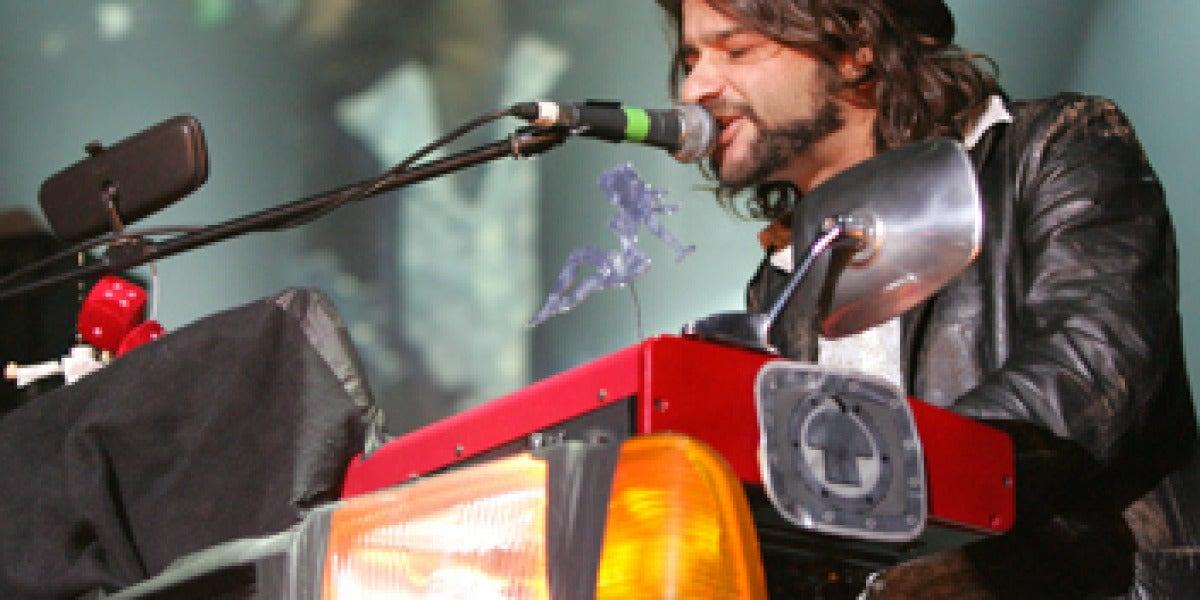 Quique González durante su actuación en Actual 2008