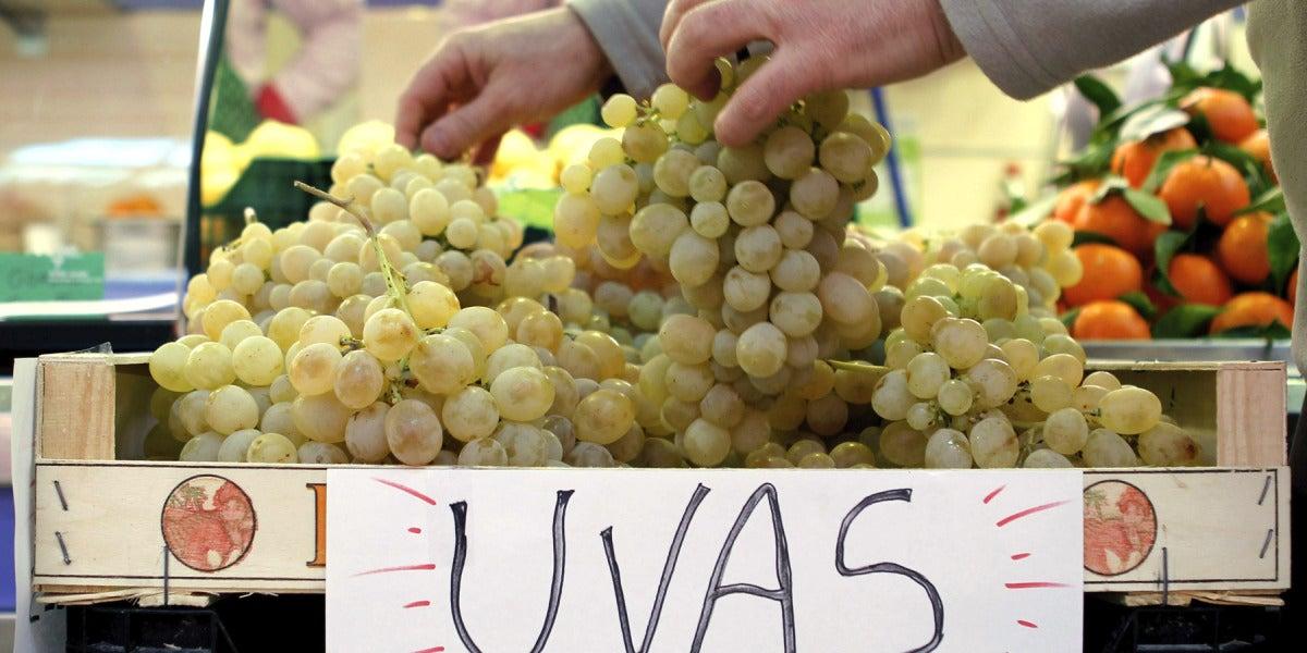 Un puesto ofrece uvas de la suerte para la cena de Fin de Año