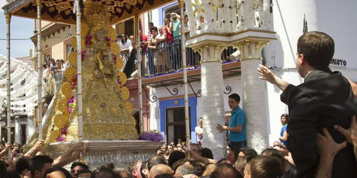 Un sacerdote reza una salve en la procesión extraordinaria de la Virgen del Rocío