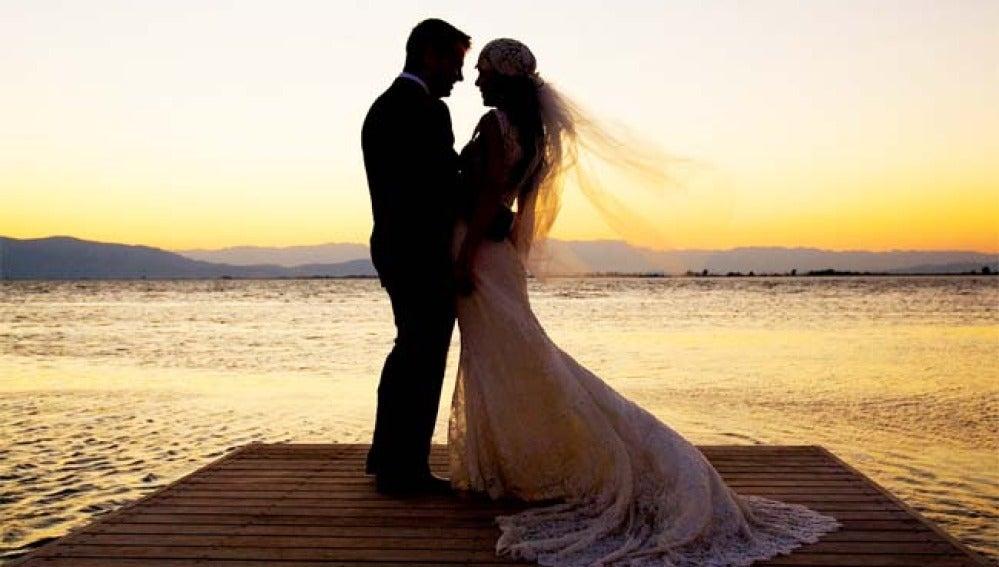 Imagen de archivo de una pareja de novios el día de su boda.