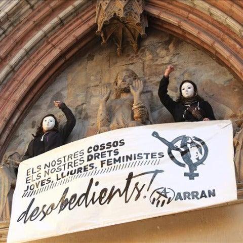 Dos feministas se encadenan en una basílica de Barcelona en protesta de la ley del aborto