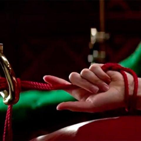 Anastasia Steele atada durante los juegos eróticos con Christian Grey