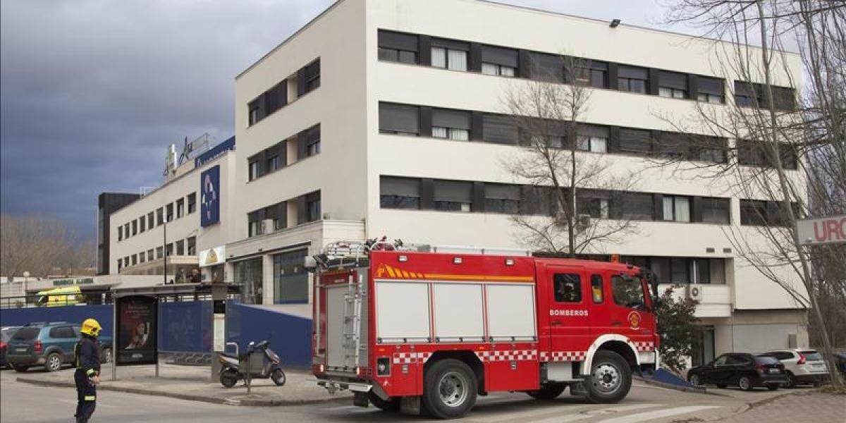 Bomberos ante un hospital desalojado por precaución