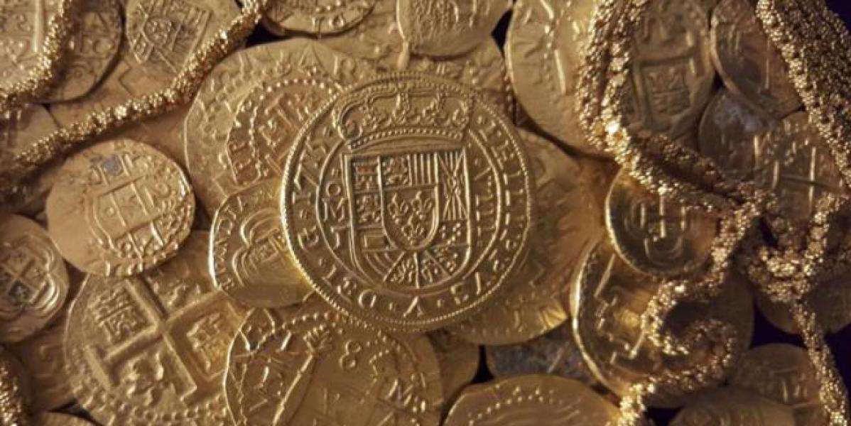 Monedas y cadena de oro halladas en el barco español