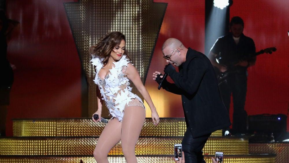Jennifer Lopez y Wisin interpretando Adrenalina