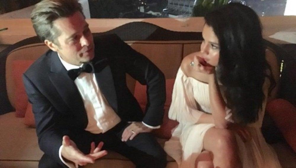 Selena Gomez charla con Brad Pitt