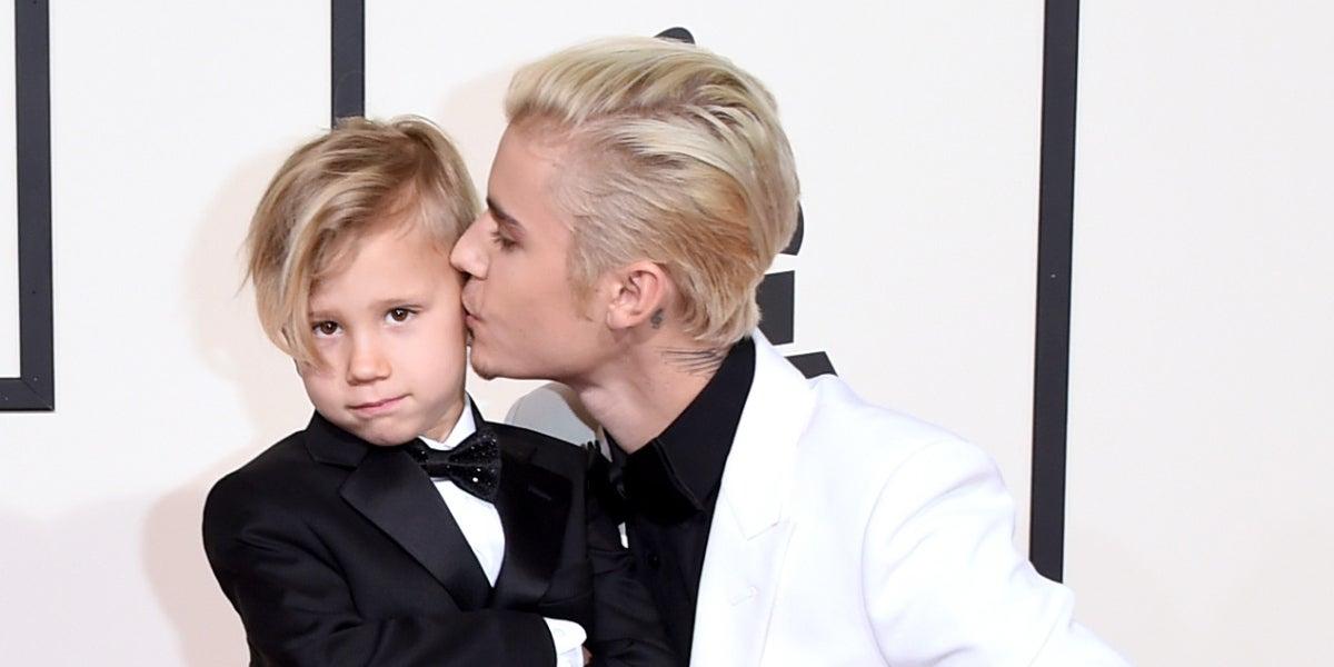 Justin Bieber con su hermano Jaxon en los Grammy