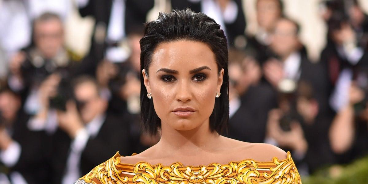 Demi Lovato también marcó estilo con este vestido de lentejuelas plateadas con inspiración oriental