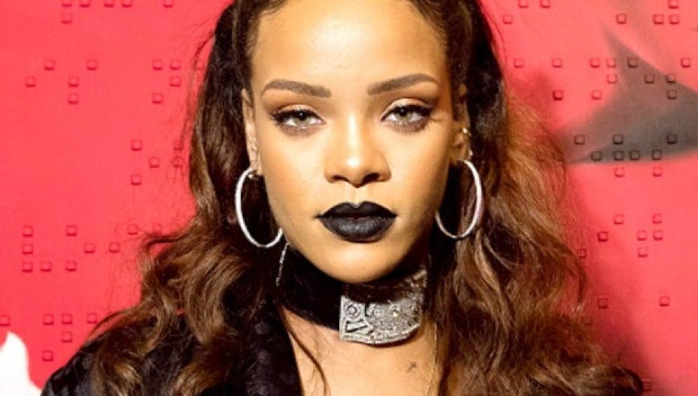 Rihanna prefiere su choker mucho más ostentosa que las demás
