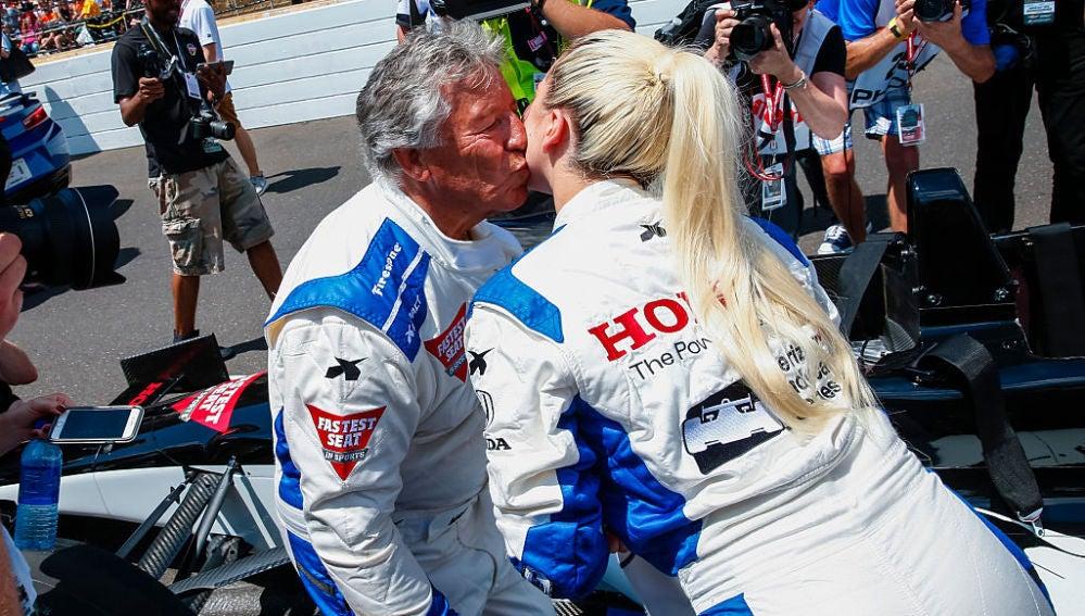Lady Gaga besa a Mario Andretti en la Indy 500