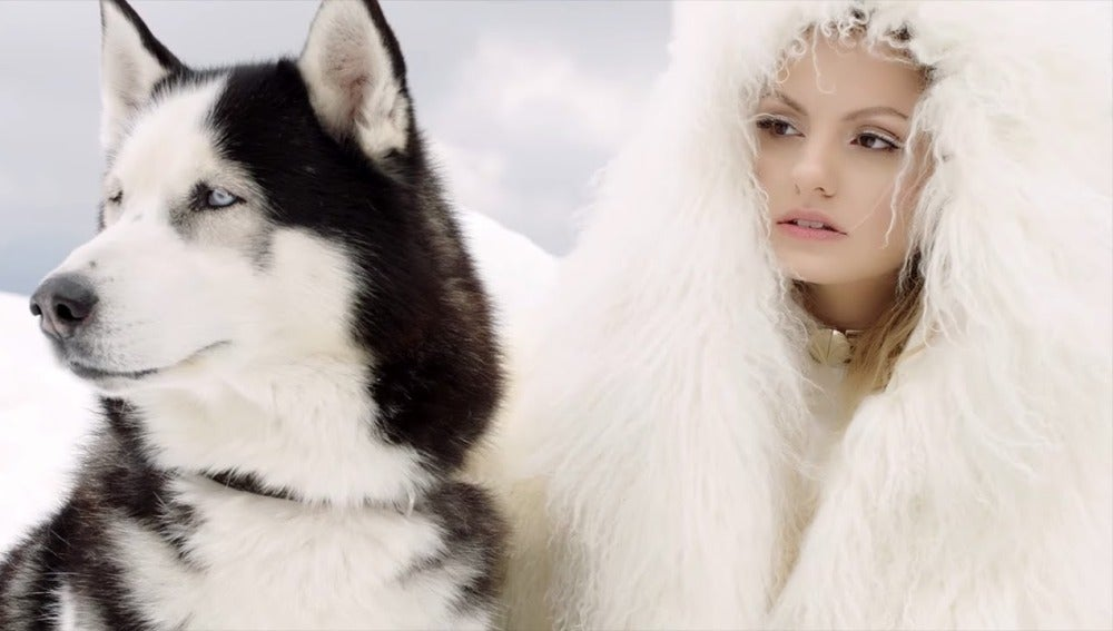 "Alexandra Stan en el videoclip de ""Écoute"""