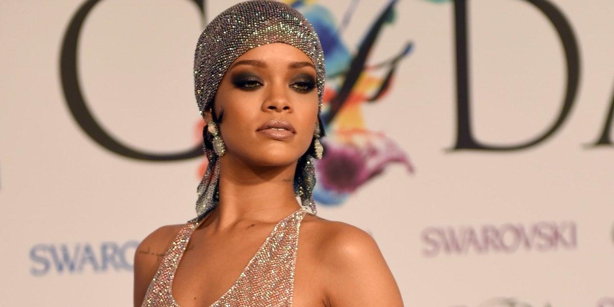 Rihanna acude con un vestido transparente a recoger el premio a Icono de la Moda