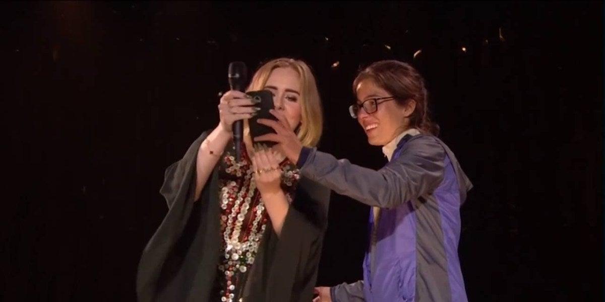 Adele eructa en la cara de una fan cuando la sube al escenario