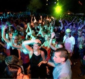 Jóvenes en una discoteca