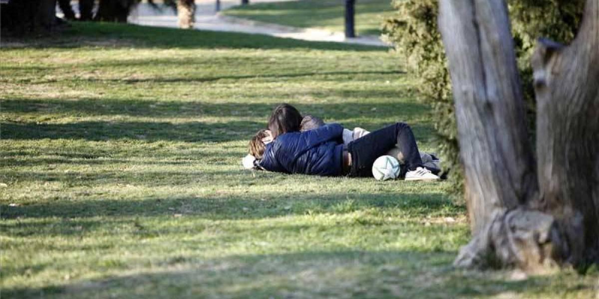 Pareja besándose en un parque